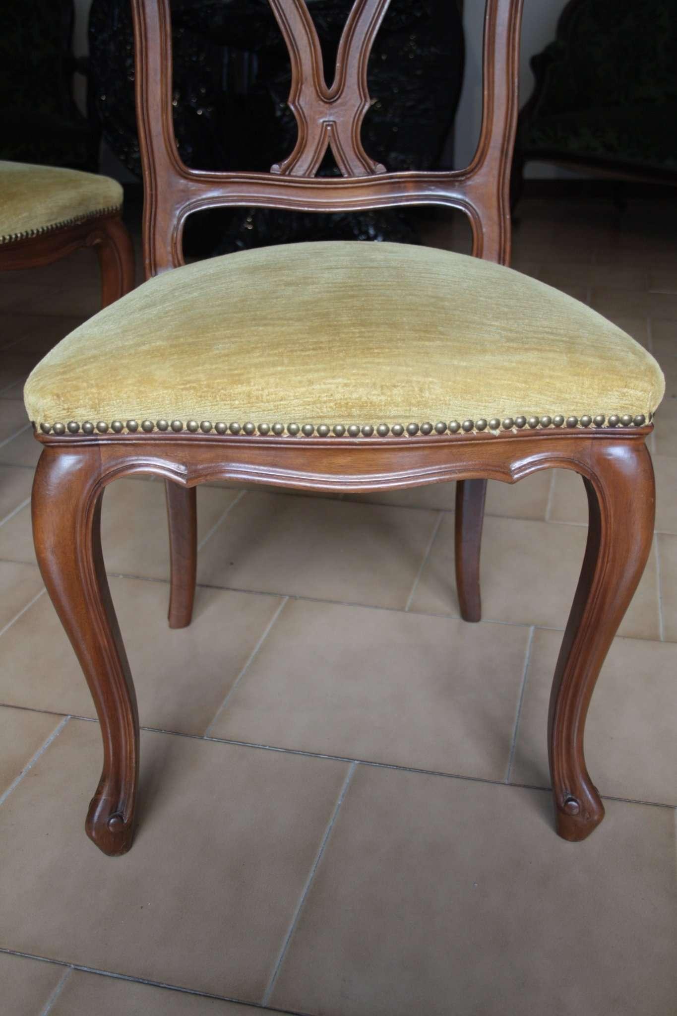 Sechs Nussbaumholz Stühle