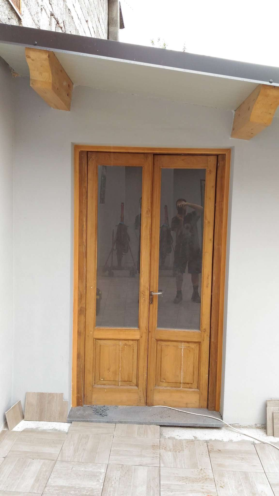 Restrukturierung einer Tür und einem Fenster aus Kastanienholz