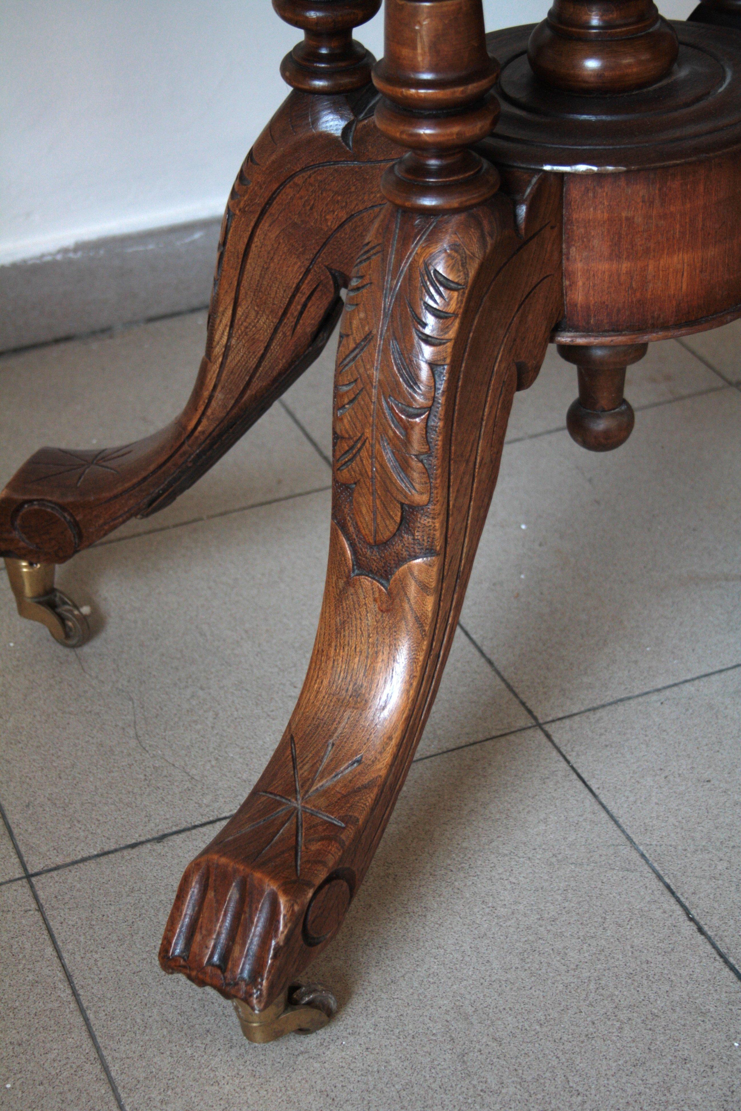 Ovaler Tisch aus Nussbaum und massiver Eiche, eingelegte Platte, achthundert, in sehr gutem Zustand