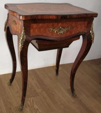 Hochwertiger Louis XV-Arbeitstisch aus dem 17. Jahrhundert in sehr gutem Zustand